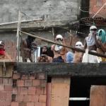ROCINHA31 RJ 14/03/2006 - EXERCITO/ROUBO - CIDADES OE JT - Soldados do Exército ocupam favelas do Rio de Janeiro com objetivo de recuperar os 10 fuzis e a pistola que sete assaltantes levaram do Estabelecimento Central de Transporte do Exército. Na foto, traficantes ocupam uma das lajes da comunidade e com os rostos cobertos se comunicam por radios e acompanham de binóculo a movimentação dos militares que ocupam a favela da Rocinha, zona sul do Rio de Janeiro. Foto: WILTON JUNIOR/AGENCIA ESTADO/AE
