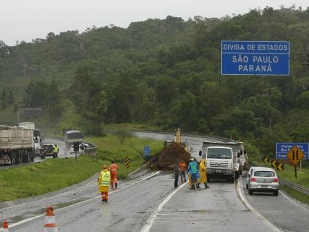 PONTE INTERDITADA - Divisa dos estados do Paraná e São Paulo - 09/01/2010 - A ponte sobre o Rio Pardinho, no km 569 da BR-116 Sul, na divisa entre os estados de São Paulo e Paraná, foi interditada para manutenção. A cabeceira da ponte estava se soltando da pista. Informações preliminares dão conta de que o problema foi detectado por um motorista que passava pelo trecho e comunicou o fato à OHL, empresa que administra o pedágio da Rodovia Regis Bitencourt. Técnicos concluíram que seria necessário refazer a ligação da ponte com a rodovia. O trânsito foi desviado para a outra pista. Foto: Daniel Derevecki / AGP / Agência de Notícias Gazeta do Povo.