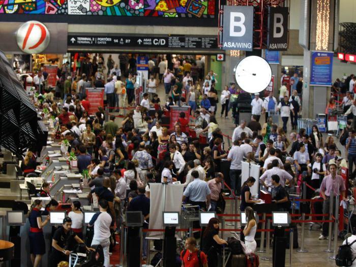 SP 23 12 09 MOVIMENTACAO DE PASSAGEIROS NO AEROPORTO DE GUARULHOS CUMBICA FOTO MARIO ANGELO