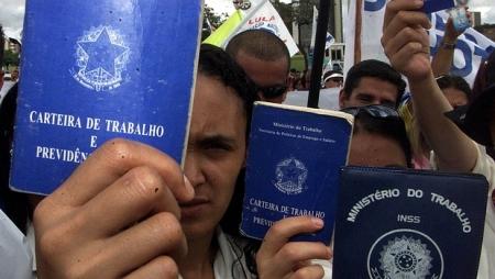 carteiras-de-trabalho-protesto-size-620