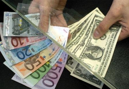Americk˝ dolar 19. kvÏtna v reakci na v˝stup ze sch˘zky ministr˘ financÌ G7 ve Francii prudce oslabil a euro se tÏsnÏ p¯iblÌûilo k zav·dÏcÌmu kurzu z ledna 1999. Euro se dostalo tÏsnÏ k ˙rovni 1,1747 dolaru, kde p¯ed necel˝mi Ëty¯mi a p˘l lety zaËalo svou existenci jako ofici·lnÌ mÏna eurozÛny.
